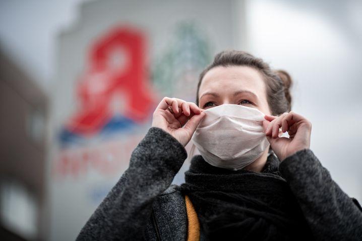 Eine Frau mit einer Mund- und Nasenmaske
