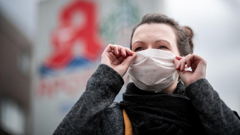 Mundschutz: Forscher des MKI hoffen, dass sich das Coronavirus erst dann verstärkt in Deutschland ausbreitet, wenn die Grippewelle vorüber ist und Ärzte wieder mehr Kapazitäten haben
