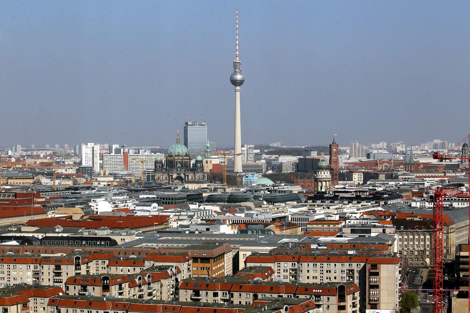 Fernsehturm am Alexanderplatz / Berlin