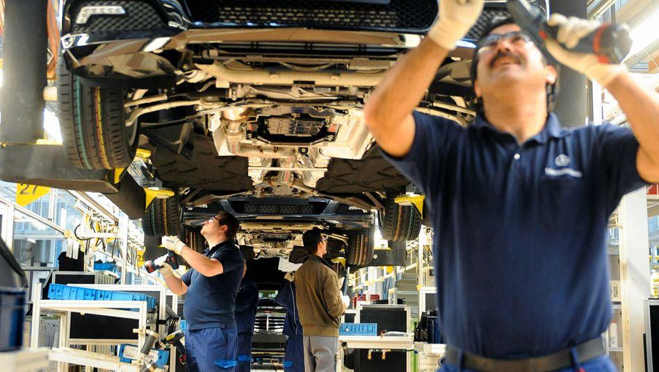 Fließbandarbeiter bei Mercedes: Der Konzern will eine kritische TV-Reportage stoppen