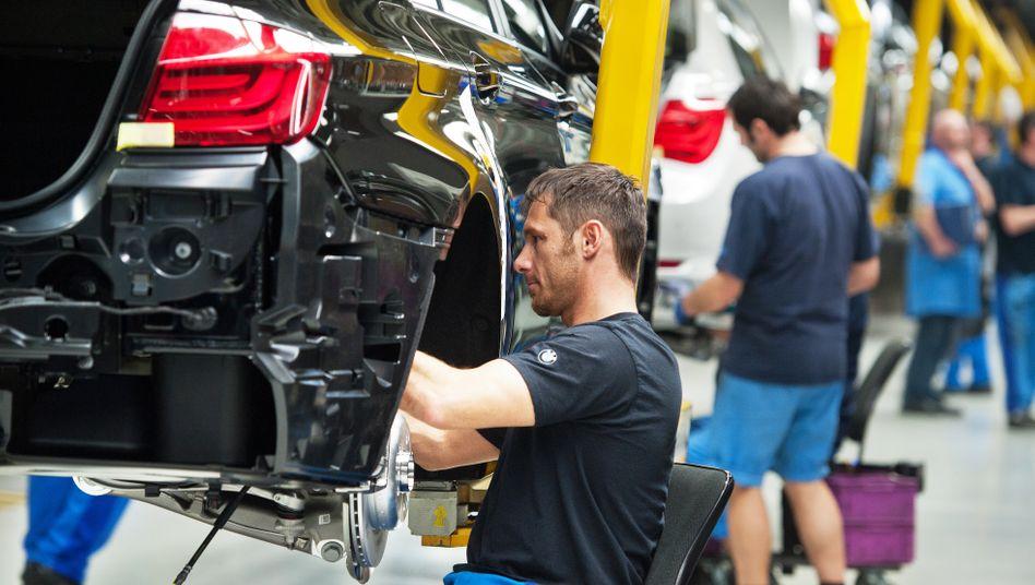 Produktion im BMW-Werk in Dingolfing: Der Autobauer bekommt die Branchenflaute zu spüren - seine Mitarbeiter auch.