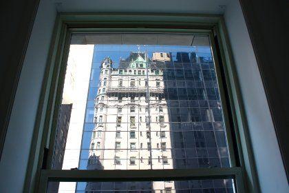 Blick von drinnen nach draußen: Reflektion des Plaza Hotels im gegenüberliegenden Hochhaus