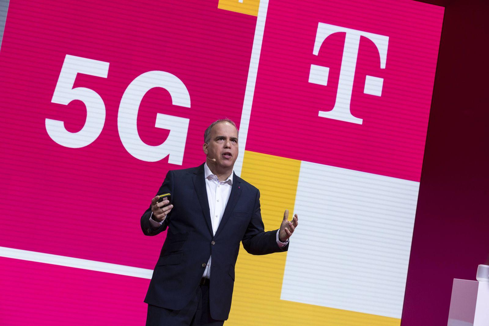 Dr Dirk Wössner Vorstandsmitglied Deutsche Telekom AG spricht auf der Internationale Funkausstell