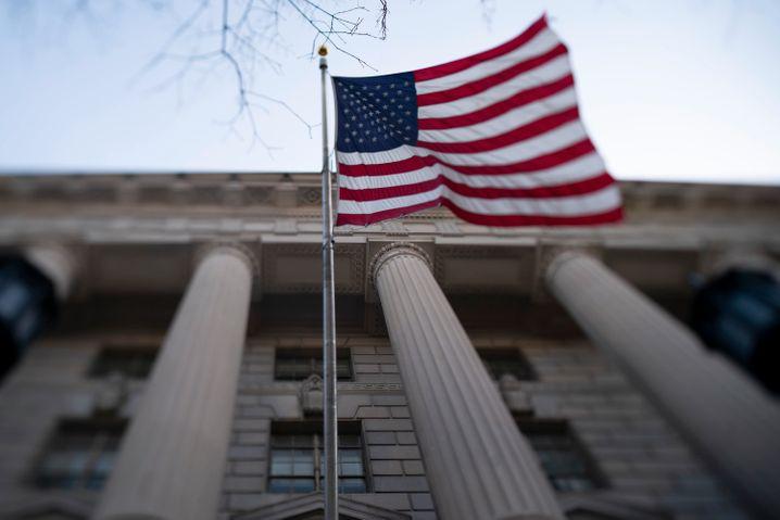 Eine amerikanische Flagge weht vor dem Besucherzentrum des Weißen Hauses. Die USA mussten bis Mittwoch bereits mehr als 46.000 Tote durch die Coronavirus-Epidemie beklagen. Die Zahl der bekannten Ansteckungen beläuft sich auf etwa auf 810.000.