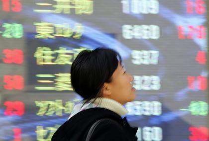 Tokioterin vor Anzeigetafel der Börse: Konsum im Keller