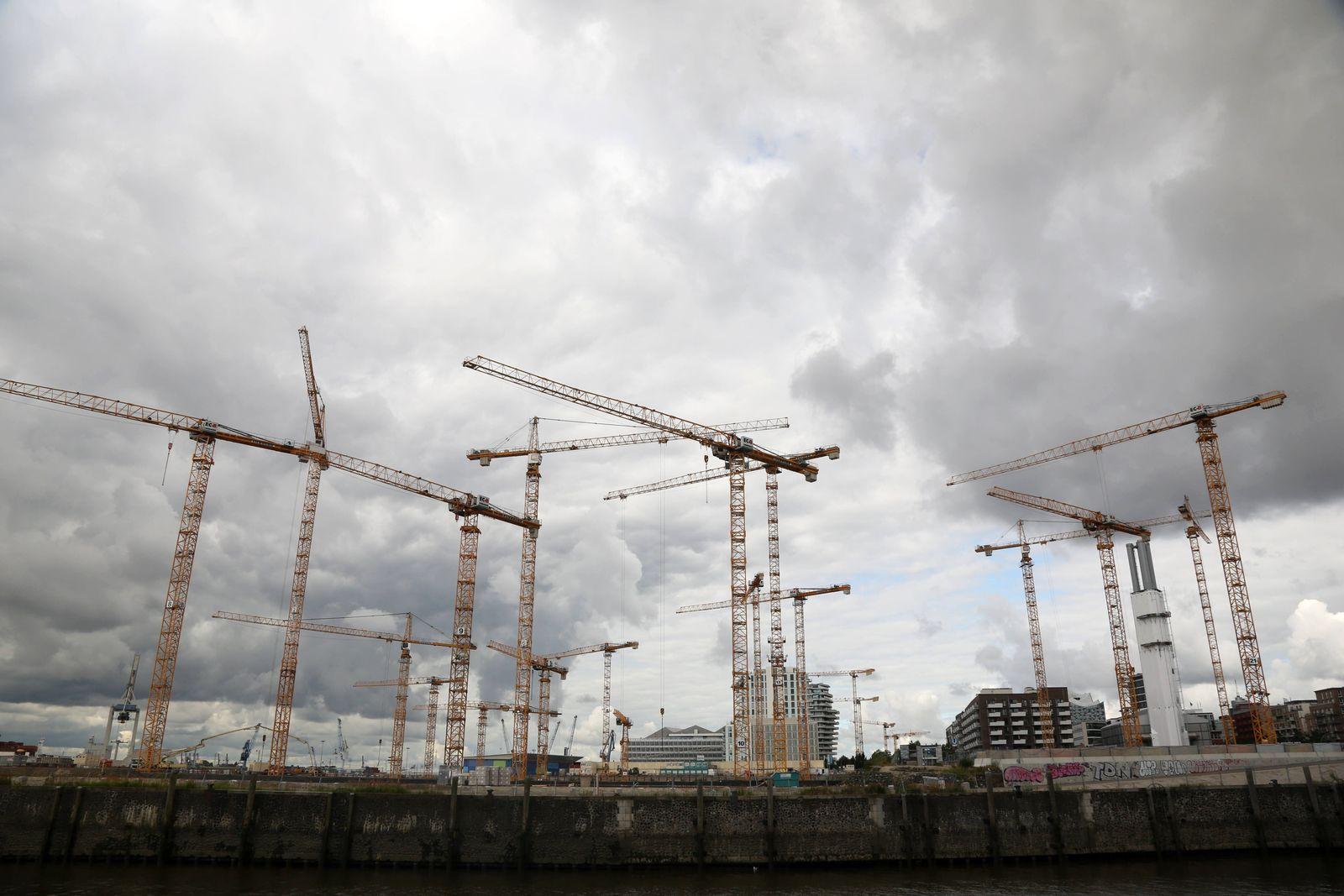 Hamburg Dunkle Wolken ¸ber der Gro?baustelle s¸dliches ?berseequartier in der Hamburger HafenCity Baukran Baukr?ne Kr?n