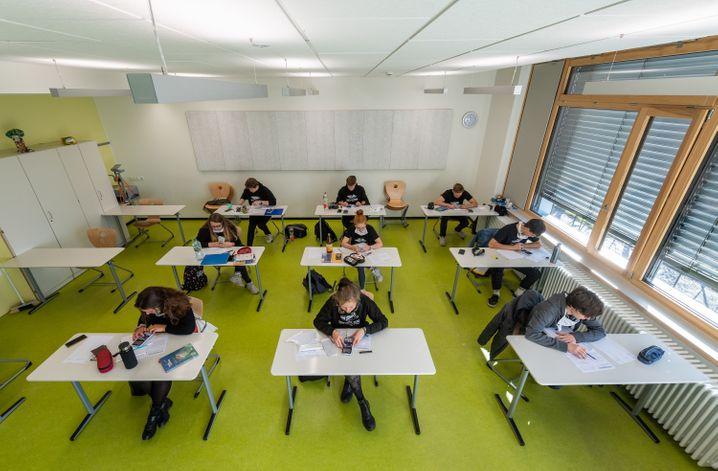 Abiturienten in Sachsen sitzen im Klassenzimmer - Atemschutzmasken sind zwar vorhanden, aber werden offenbar nicht durchgängig getragen