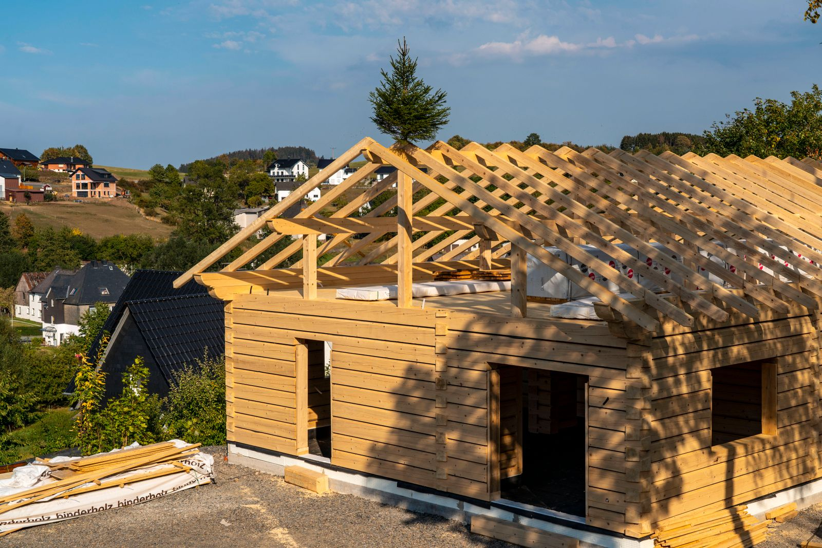 Rohbau eines Holzhauses, Geb?ude, komplett aus Holz gebaut, im Dorf Hesborn, im Sauerland, NRW, Deutschland Holzhaus ***