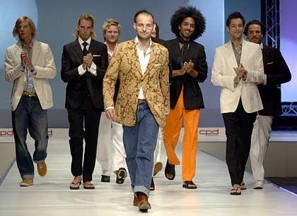 Auf dem Laufsteg der CPD: Designer Oscar Udeshi (M.) und seine männlichen Models