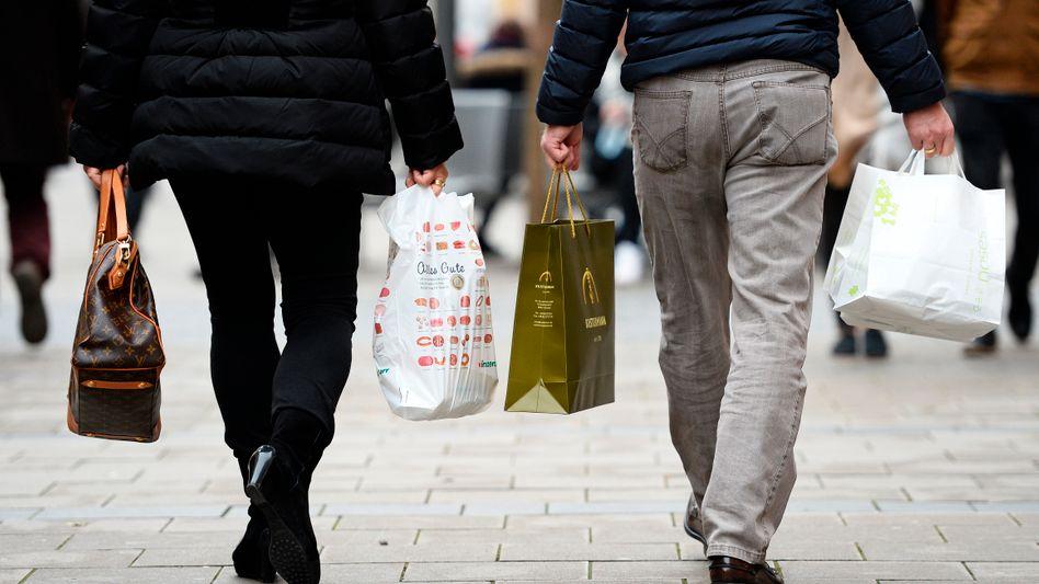 Immer noch volle Tüten: Auf Monatssicht ist das Konsumklima der Deutschen weiter gesunken. Für das ganze Jahr erwarten die Konsumforscher der GfK aber einen Anstieg der privaten Konsumausgaben um 1,5 Prozent