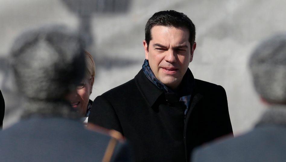 Im Kriechgang nach Moskau: Griechenlands Premier Tsipras biedert sich während seines zweitägigen Moskau-Besuchs bei Wladimir Putin an - und hofft auf geldwerte Vorteile. Damit treibt er sein vor der Pleite stehendes Land immer weiter in die Isolation