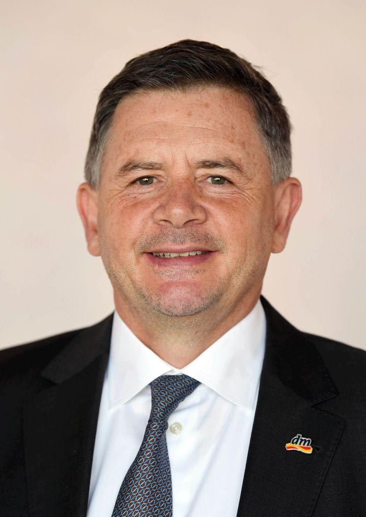 Erich Harsch (57) ist seit 2008 Vorsitzender der Geschäftsführung von dm-drogerie markt, Deutschlands größtem Drogeriewarenhändler. Der gebürtige Österreicher kam 1981 zu dm. In seiner Freizeit entspannt der Manager beim Golfspielen oder im Theater.