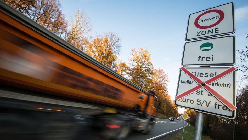 Schilder in Stuttgart weisen an einer Straße weisen auf geplante Fahrverbote für ältere Dieselfahrzeuge hin.