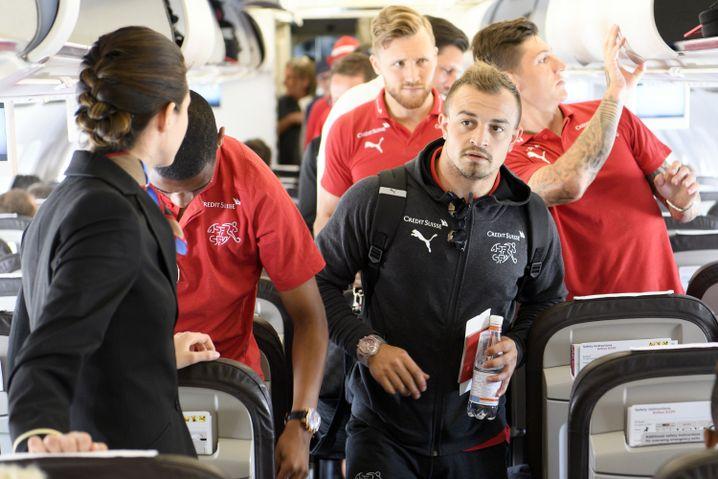 Schweizer Mannschaft um Xherdan Shaqiri vor dem Abflug