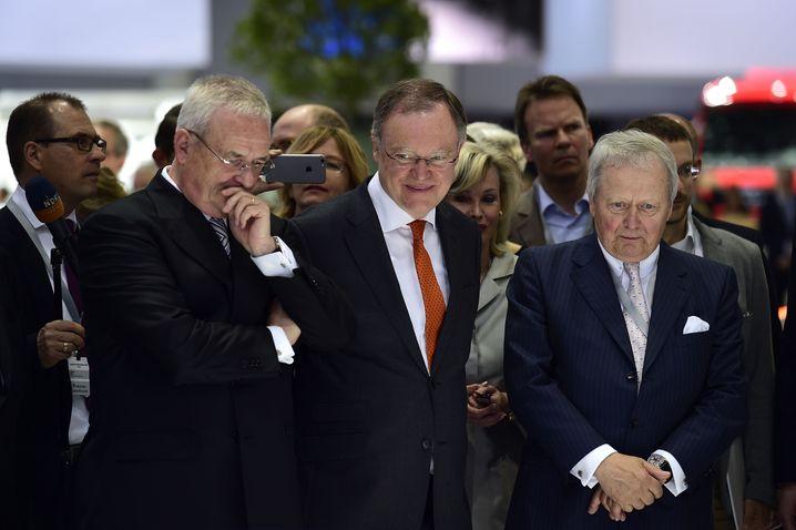Martin Winterkorn (l.) mit Niedersachsens Ministerpräsident Stephan Weil (M.) und Wolfgang Porsche - beide Mitglieder des Aufsichtsrats