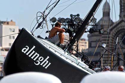 Schlagseite an Land: Auch der Racer von Titelverteidiger Alinghi wurde schwer beschädigt