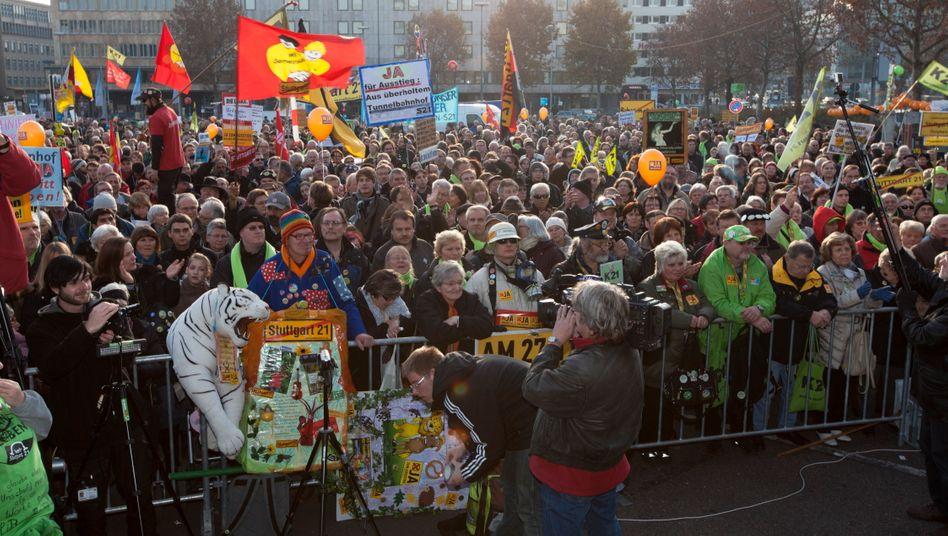 """Noch einmal Flagge zeigen: Gegner des Bahnprojektes """"Stuttgart 21"""" demonstrieren am Samstag, einen Tag vor dem Volksentscheid, vor dem Hauptbahnhof Stuttgart"""