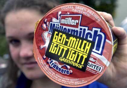 Greenpeace-Aktivistin mit beklebten Müller-Becher: Gen-Soja in der Molke