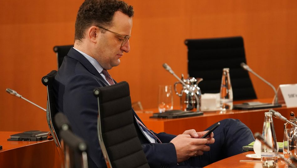 Bundesgesundheitsminister Jens Spahn: Ob er die neue Warn-App in der Nacht zu Dienstag schon auf sein Handy heruntergeladen hat?