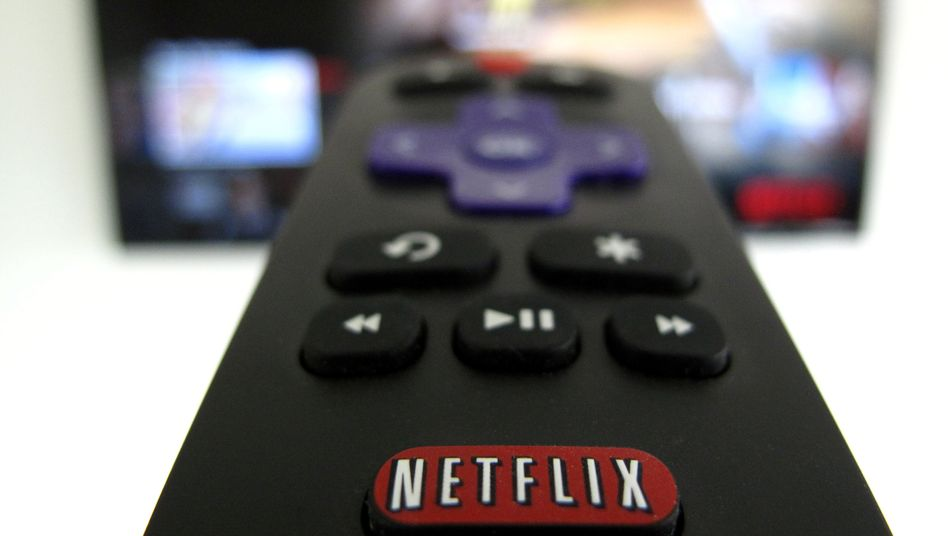 Fernbedienung mit Netflix-Knopf: Netflix rechnet im zweiten Halbjahr nur noch mit einem moderaten Kundenzustrom.