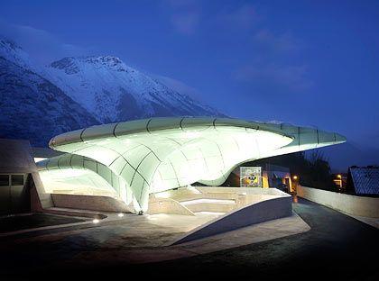 Wie ein künstlicher Gletscher: Stararchitektin Zaha Hadid spielt mit alpinen Assoziationen. Hier die Station Hungerburg.