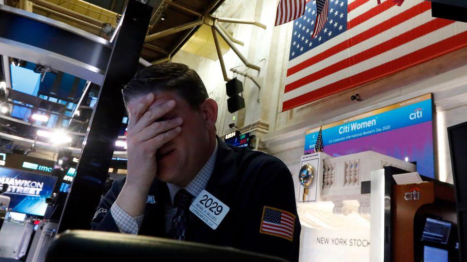 Kursrutsch an der Wall Street: Der Dow Jones verliert 7 Prozent. Auch in Europa brechen die Indizes ein