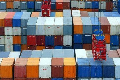 Container im Hamburger Hafen: Nach einem Einbruch um 17 Prozent im Jahr 2009 dürfte der deutsche Export im Jahr 2010 wieder zulegen