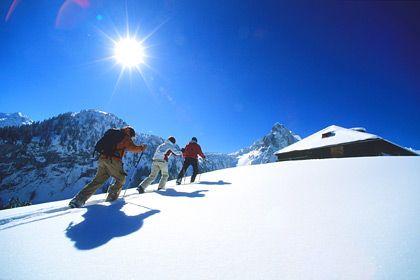 Langsamer Aufstieg: Neben Skiabfahrt und -langlauf erfreut sich auch Schneeschuhwandern in und um Gstaad großer Beliebtheit