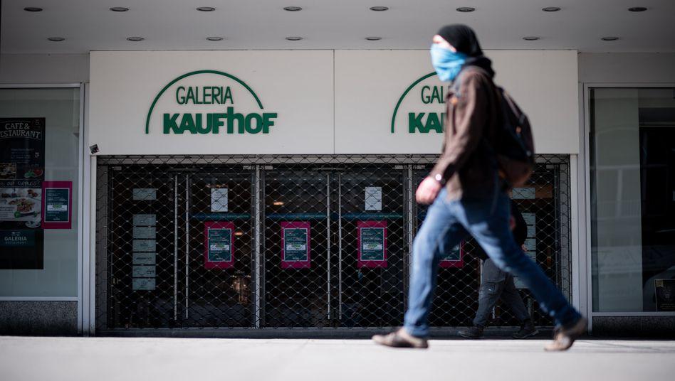 Kaufhof in Essen: In Nordrhein-Westfalen gelten nach wie Einschränkungen der erlaubten Verkaufsfläche von in der Corona-Krise geöffneten Geschäften - andere Länder heben diese Beschränkung nun auf.