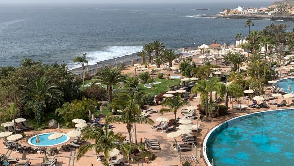 Eigentlich würden hier jetzt Urlauber in der Sonne brutzeln – doch weil die Touristen wegen Corona zu Hause bleiben, werden aus Hotelzimmern kleine Büros. Poolblick inklusive.