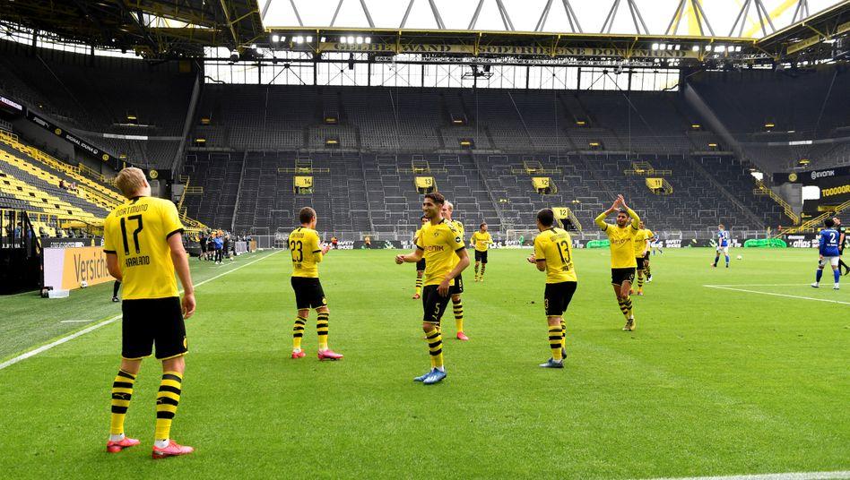 Der erste Torjubel der neuen Ära: Borussia-Dortmund-Spieler Erling Braut Haaland feiert sein 1:0 gegen Schalke mit Abstand vor leeren Rängen