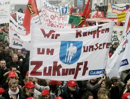 Wütender Protest: Airbus-Mitarbeiter demonstrieren am Freitag auf dem Spielbudenplatz an Hamburgs Reeperbahn