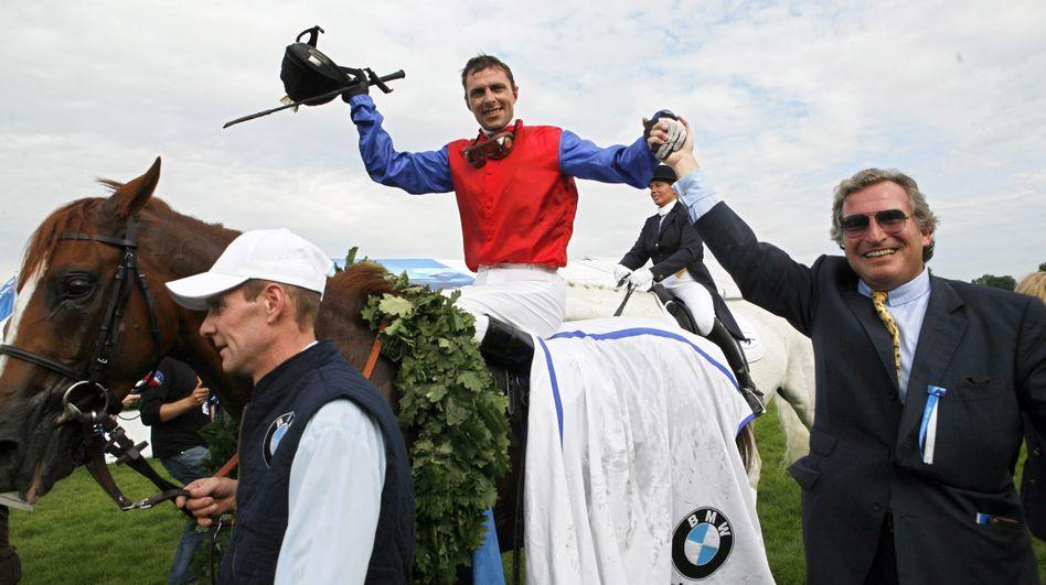 Einst glanzvolle Zeiten: Georg Baron von Ullmann (r) und Jockey Fredrik Johansson jubeln am 1. Juli 2007 in Hamburg-Horn, nachdem Johansson auf dem Pferd Adlerflug aus dem Gestüt Schlenderhan das 138. Deutsche Galopp-Derby gewonnen hat