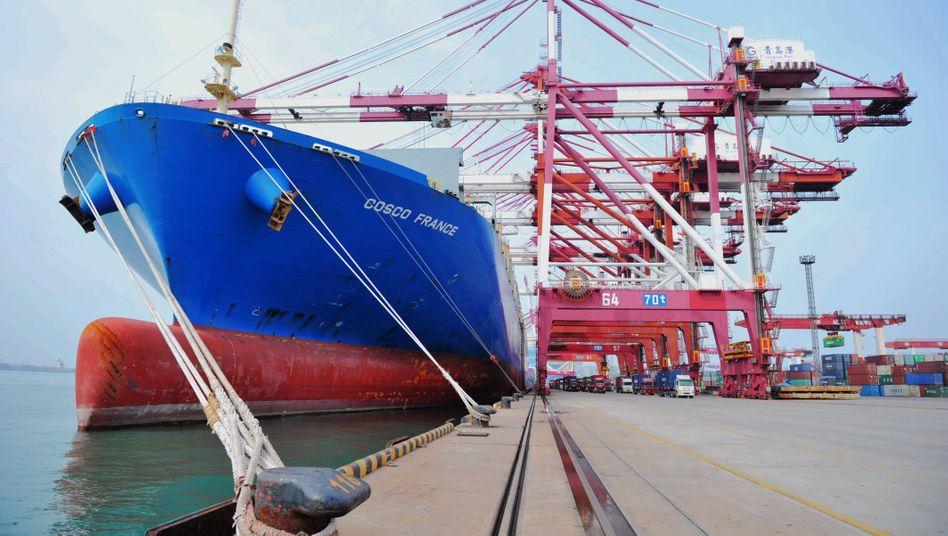 Beladenes Containerschiff im Hafen von Qingdao: Die Exportaufträge an chinesische Firmen sind stark gestiegen