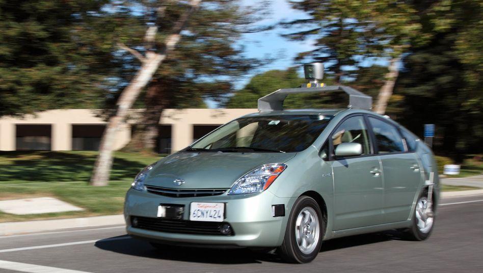 """""""Google-Mobil"""": Dieses Bild eines selbstfahrende Autos auf Basis eines Toyota Prius erweckt den Anschein einer sehr engen Verbindung zweier Konzerne. Tatsächlich aber will Toyota in Sachen Kommunikation Google draußen halten"""