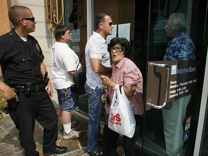 Vertrauensverlust: Kunden vor einer Indymac-Filiale im kalifornischen Burbank