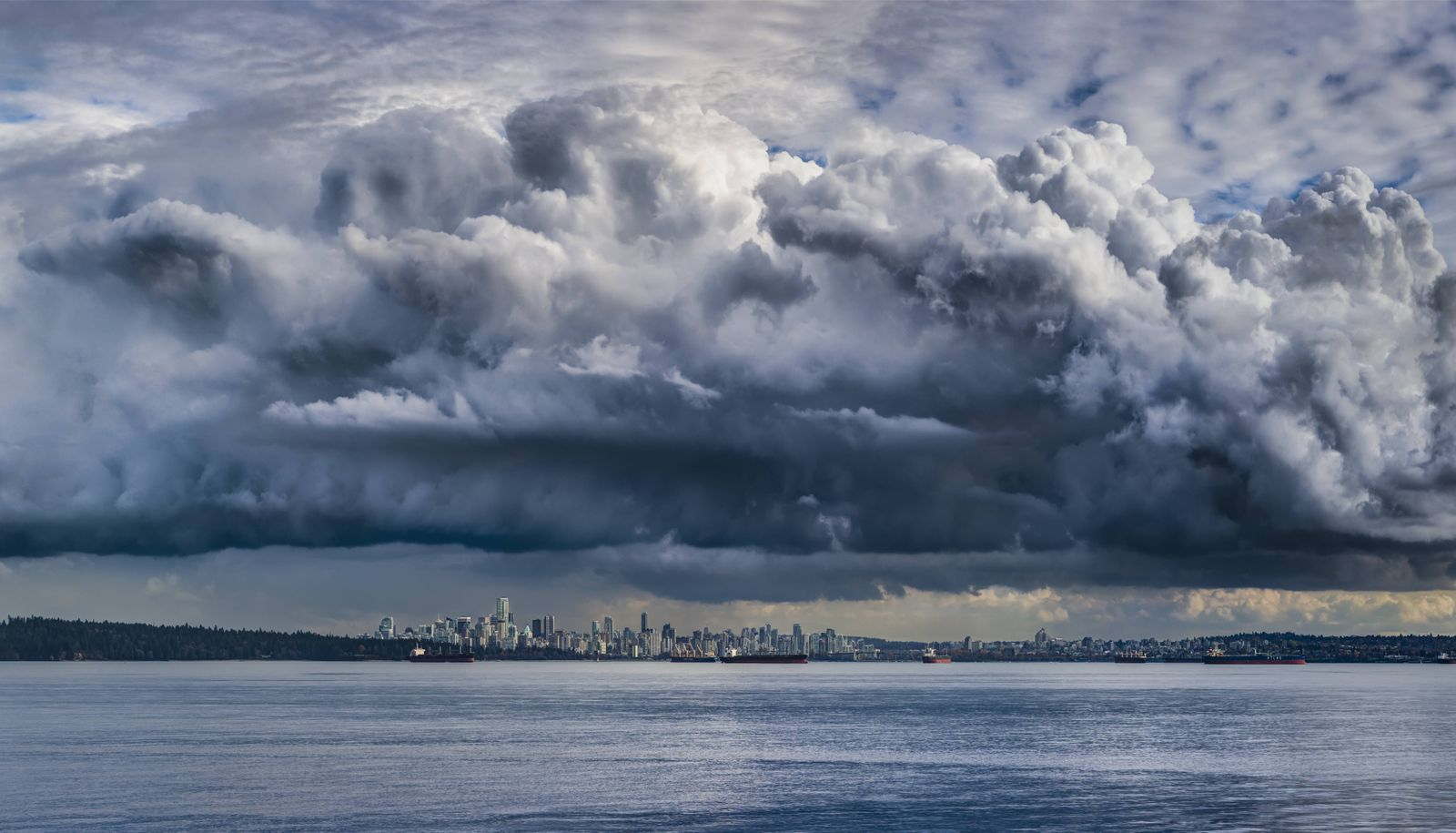 Stormy Sky over the city of Vancouver British Columbia Canada PUBLICATIONxINxGERxSUIxAUTxHUNxONLY