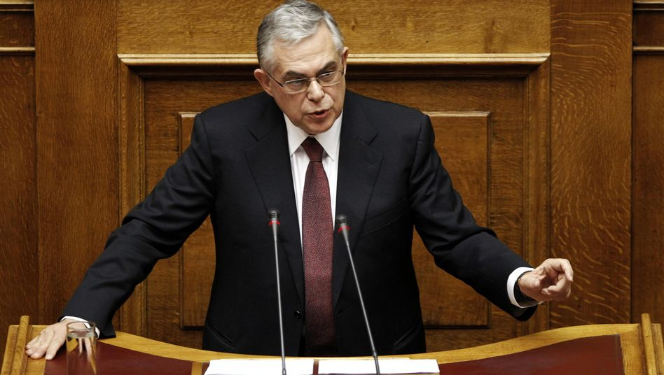Aussprache bis in die Nacht: Griechenlands Ministerpräsident warb eindringlich um Zustimmung für den Sparhaushalt, vor dem Parlament kam es zu Ausschreitungen