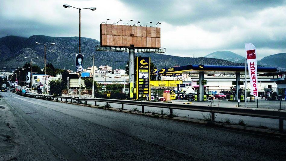 Werbung zwecklos Leere Reklametafeln an griechischen Landstraßen künden von der wirtschaftlichen Misere des Landes