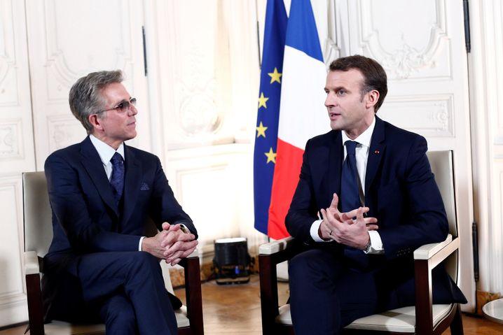 Trägt seit seinem Unfall stets eine dunkle Brille: Bill McDermott (links, mit Frankreichs Präsident Emmanuel Macron)