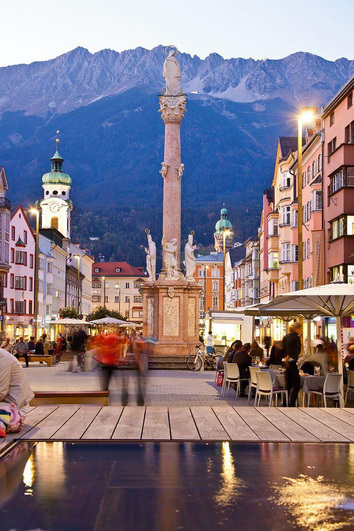 Die Annasäule auf Innsbrucks Maria-Theresien-Straße, dahinter die Gipfel der Nordkette