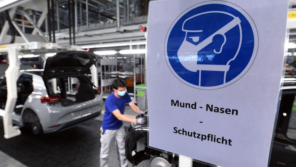 Fertigungslinie des Elektroautos VW ID.3 in Zwickau: Der VW-Konzern sieht nach den Verwerfungen durch die Corona-Pandemie bereits wieder einen Hoffnungsschimmer