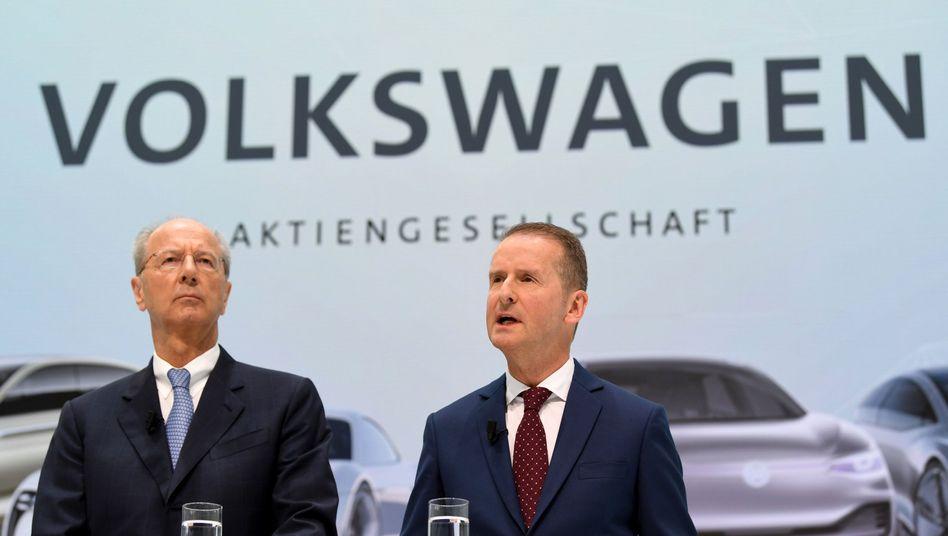 Unter Druck: Volkswagen-Chef Diess (r.) und Chefaufseher Pötsch müssen womöglich vor Gericht