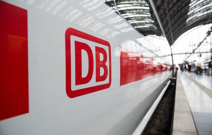 Ein ICE in Frankfurt am Main konnte Mittwochmittag fortsetzen. Der Corona-Verdachtsfall habe sich nicht bestätigt, teilte die Polizei mit.