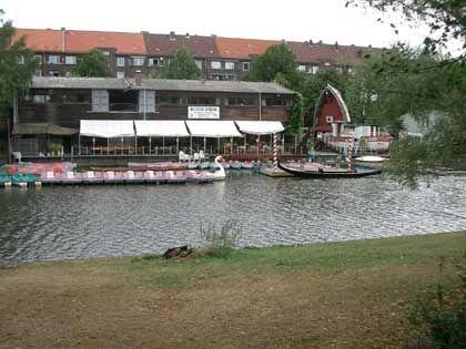 Gegenüber der Alster-City liegt ein Bootsverleih