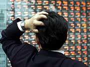 Zum Haare raufen: Die Kursverluste an der Börse in Tokio ließen in diesem Jahr die Händler erschrecken. Der Ausblick auf 2001 stimmt wenig zuversichtlich.