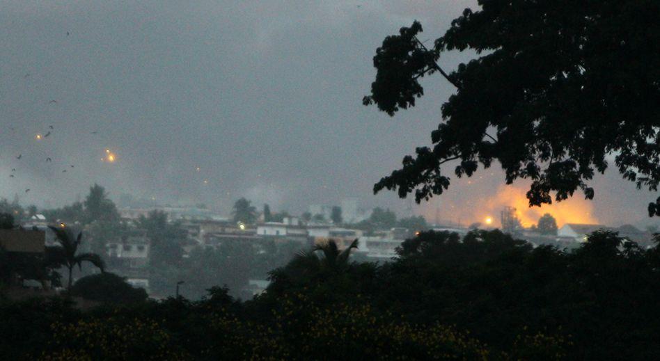 Abidjan: UN-Helikopter greifen ein Militärlager der Gbagbo-Truppen an