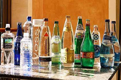 """Klares Edelwasser: """"Rokko No Mizu"""" (das Dritte von links) heißt """"Wasser vom Gebirge Rokko"""". Das Mineralwasser stammt aus einer Region in Japan, in der die ältesten Menschen der Welt leben. Ein Grund wird wohl das gute Wasser sein. Das Hotel Adlon Kempinski in Berlin verkauft einen halben Liter für 62 Euro (Platz zehn)"""
