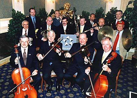 Flying Harmonists: Die Chefs der Fluggesellschaften im Star-Alliance-Verbund präsentieren sich bei ihren Gipfeltreffen - hier Ende Juni in Wien - gern als eingespieltes Team (im Bild unter anderen Lauda-Air-Gründer Niki Lauda, rote Kappe, und Lufthansa-Lenker Jürgen Weber, vorn rechts)