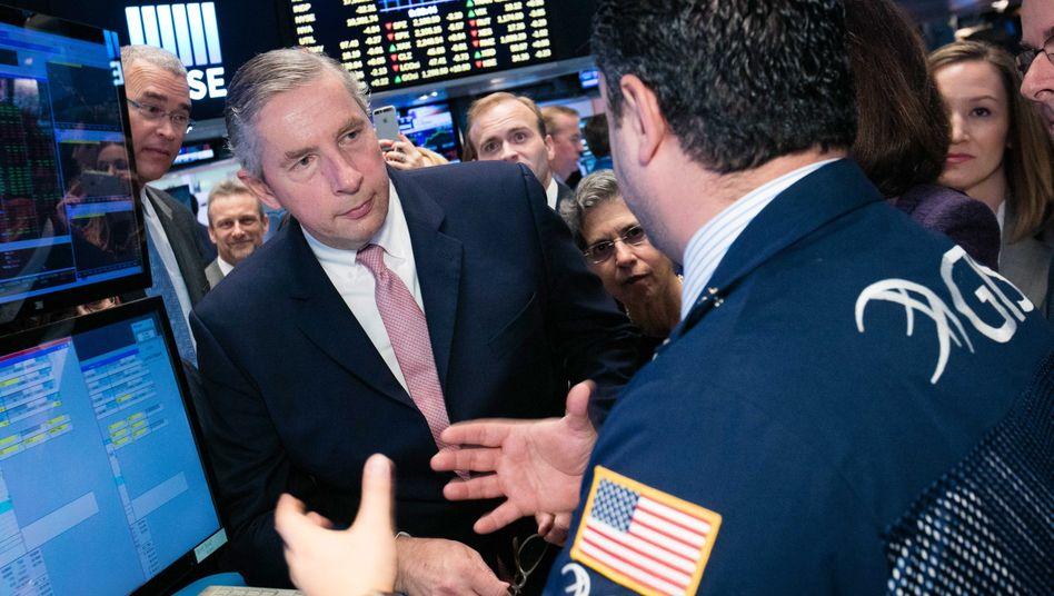 Klaus Kleinfeld im Gespräch mit einem Händler an der New Yorker Börse
